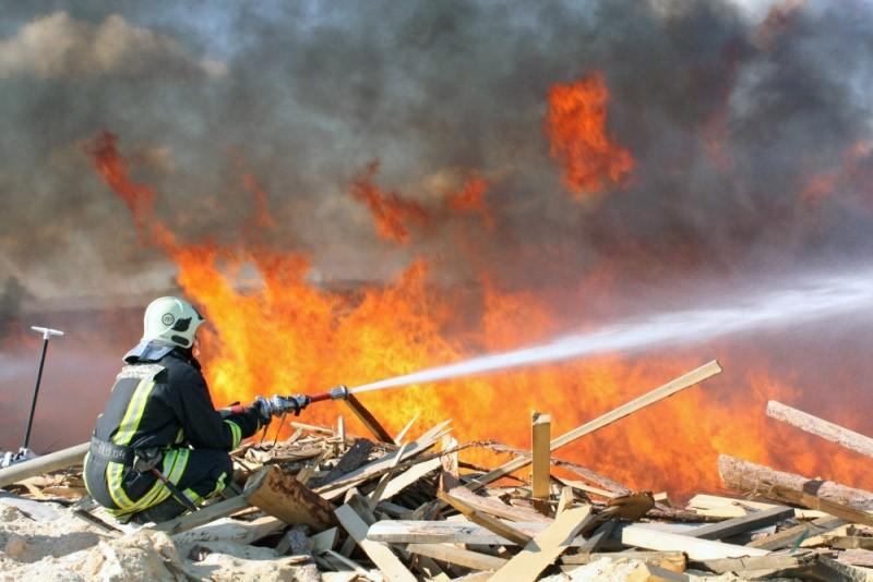Пожарные МЧС на месте возгорания