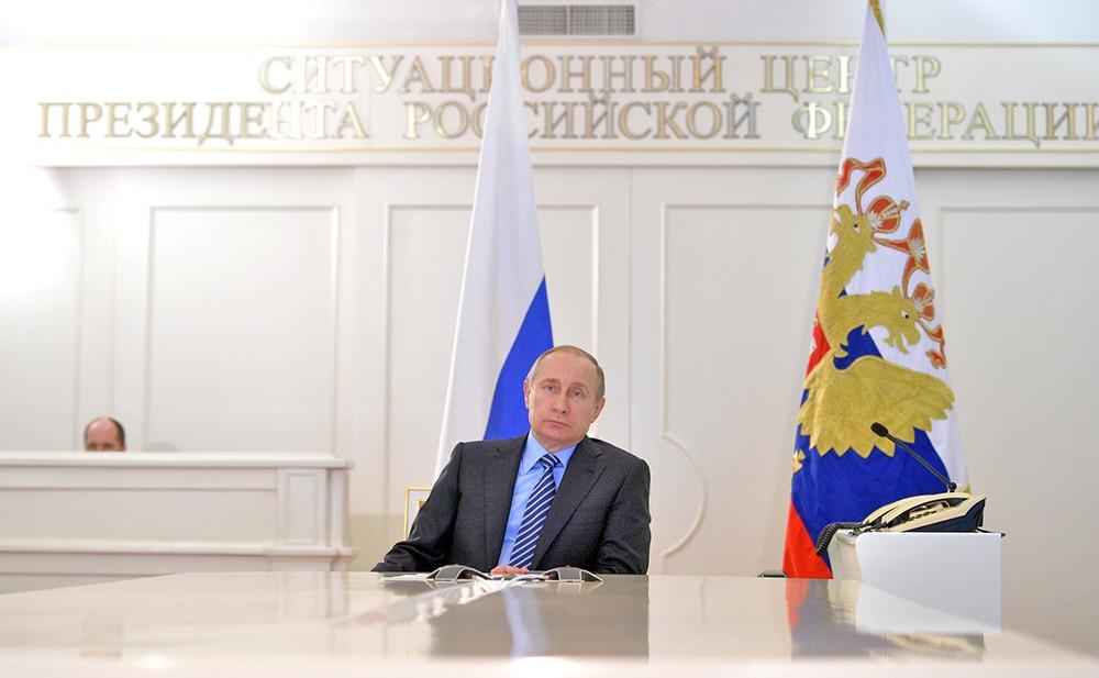 Президент России Владимир Путин в ситуационном центре