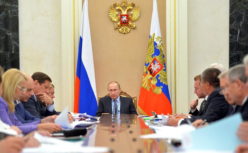 Президент России Владимир Путин на заседании президиума Экономического совета