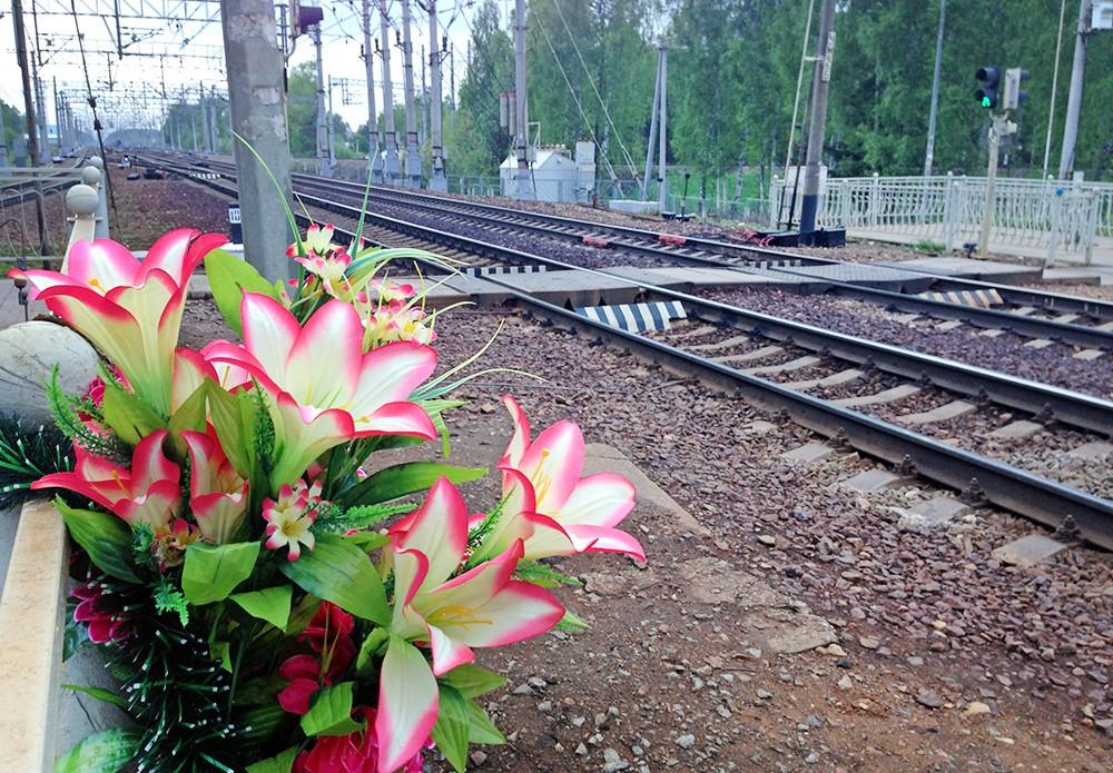 Цветы на железнодорожном переходе