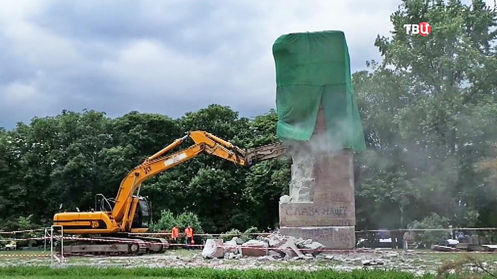 Снос советского памятника на Украине
