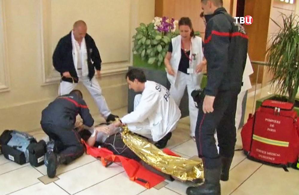 Французские врачи помогают пострадавшему от удара молнии