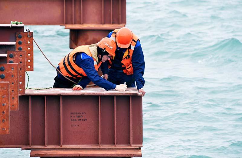 Рабочие во время строительства моста через Керченский пролив в Крыму