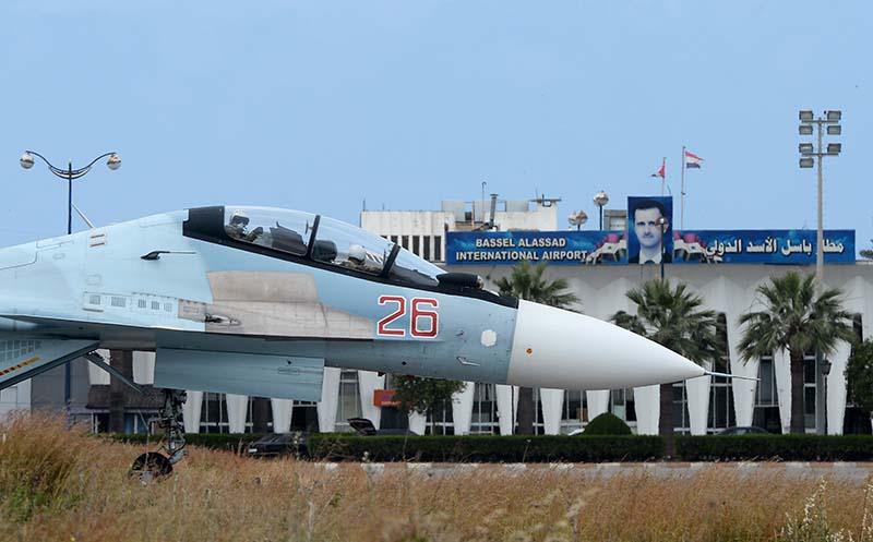 """Российский самолет Су-30СМ на взлетно-посадочной полосе на авиабазе """"Хмеймим"""" в Сирии"""