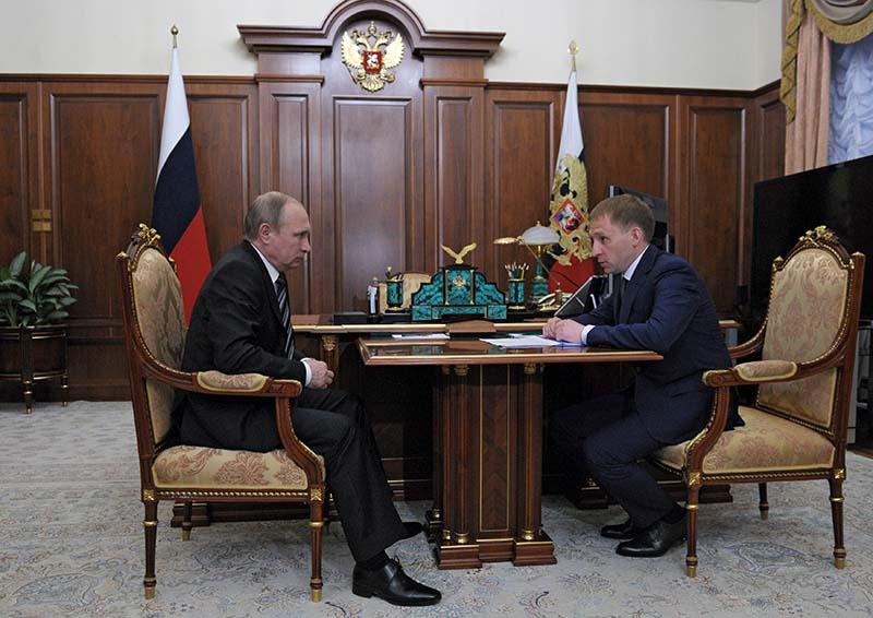 Президент России Владимир Путин и губернатор Амурской области Александр Козлов во время встречи