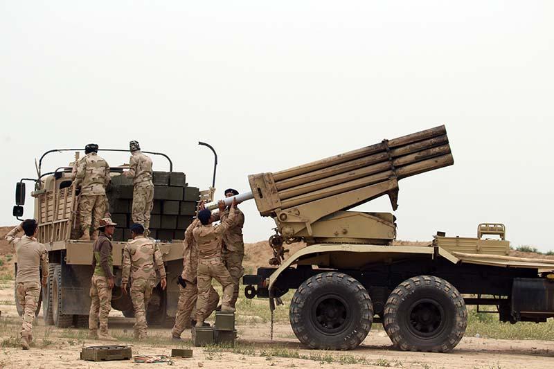 Солдаты армии Ирака во время перезарядки РСЗО