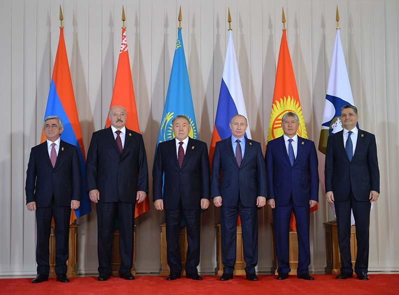 Церемония совместного фотографирования перед началом заседания в Астане Высшего Евразийского экономического совета