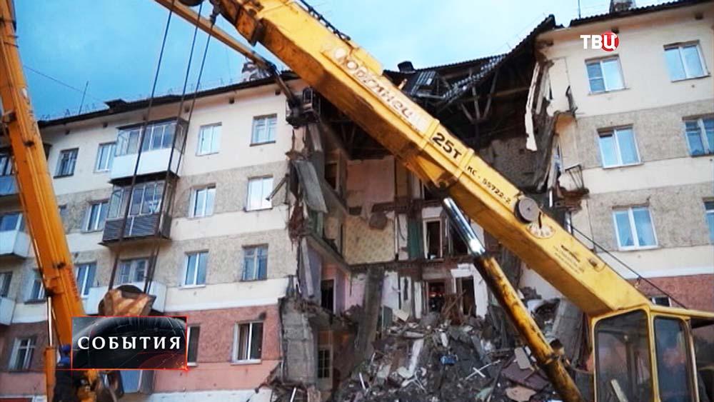 Cотрудники экстренных служб вМеждуреченске устраивают мин. тишины наразвалинах дома