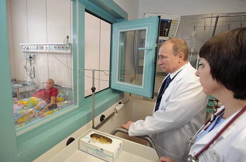 Владимир Путин посещает пациентов Федерального научно-клинического центра детской гематологии