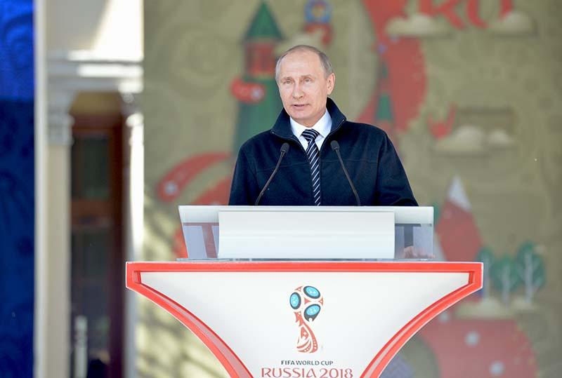 Президент России Владимир Путин выступает на церемонии старта волонтёрской программы Кубка конфедераций FIFA 2017 и чемпионата мира по футболу FIFA 2018