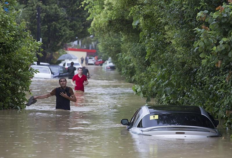 Затопленная улица в результате сильных дождей в Краснодаре