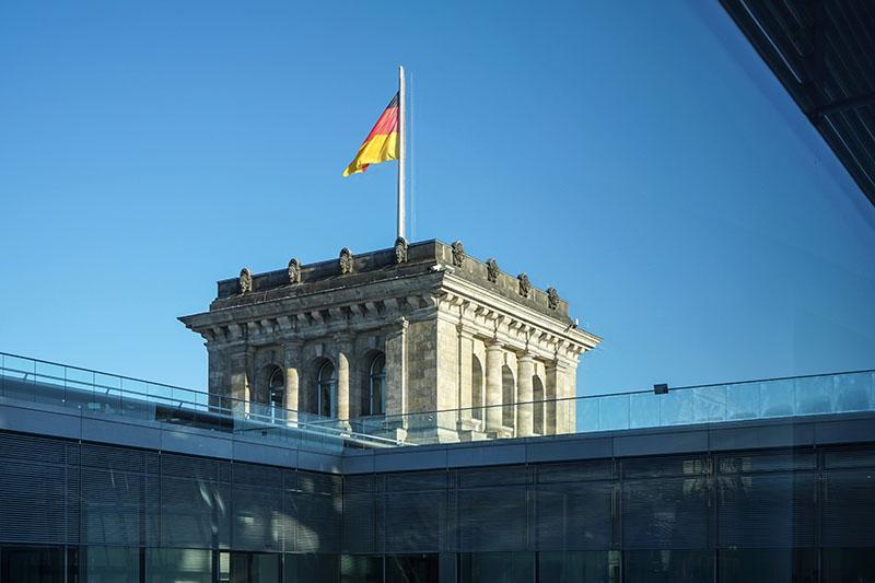 Флаг Германии на здании Бундестага в Берлине