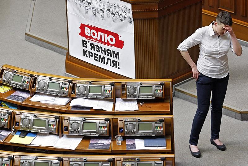 Надежда Савченко во время заседания Верховной Рады Украины