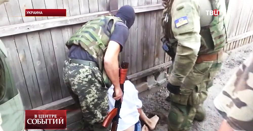 Украинские солдаты избивают мирного жителя