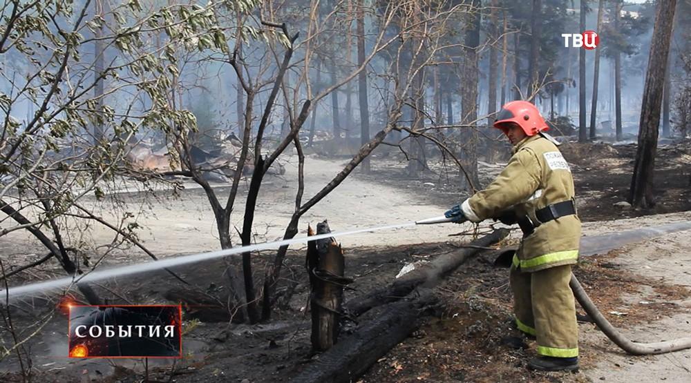 Сотрудник МЧС во время тушения лесного пожара в Бурятии
