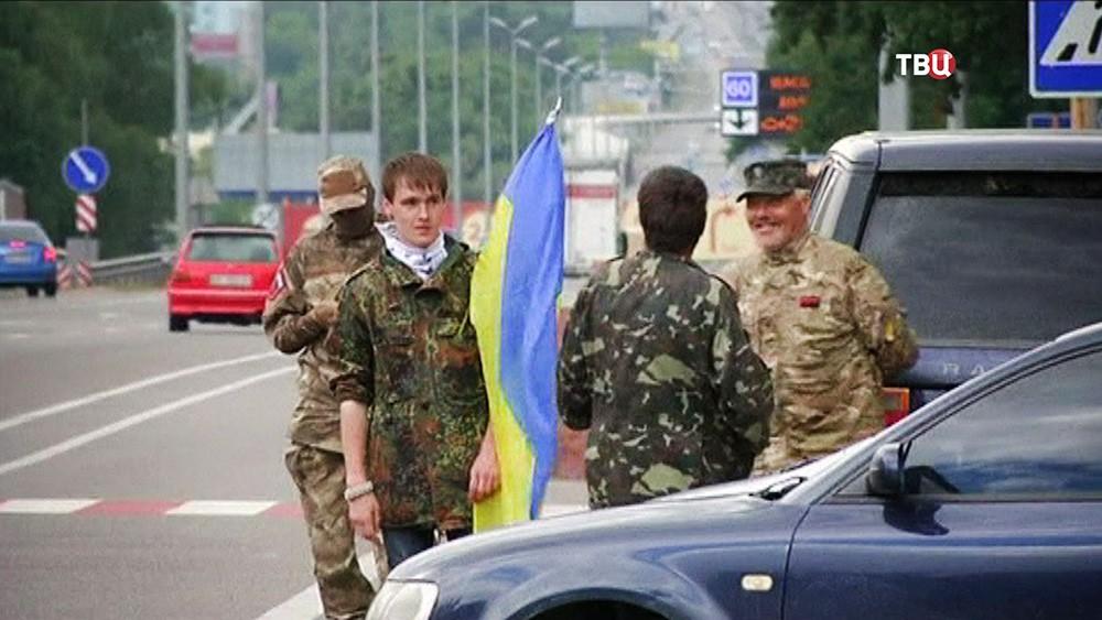 Украинские радикалы дежурят на дороге