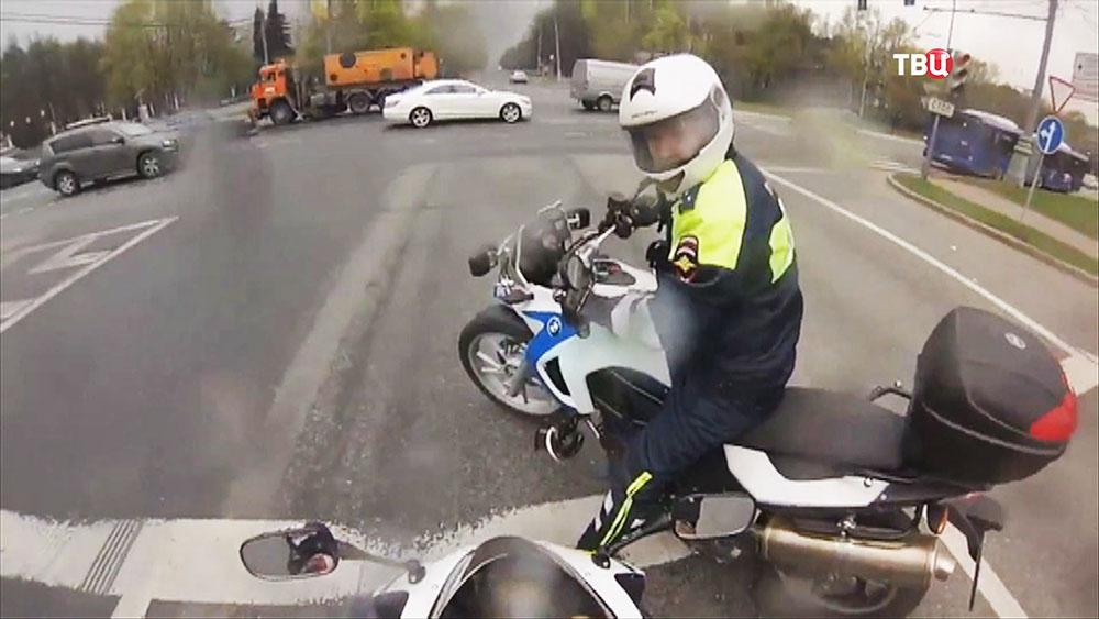 Инспектор ДПС на мотоцикле
