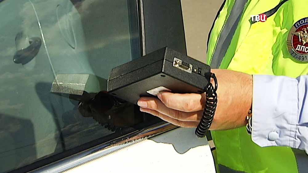 Инспекторы ДПС проверяют тонировку автомобиля