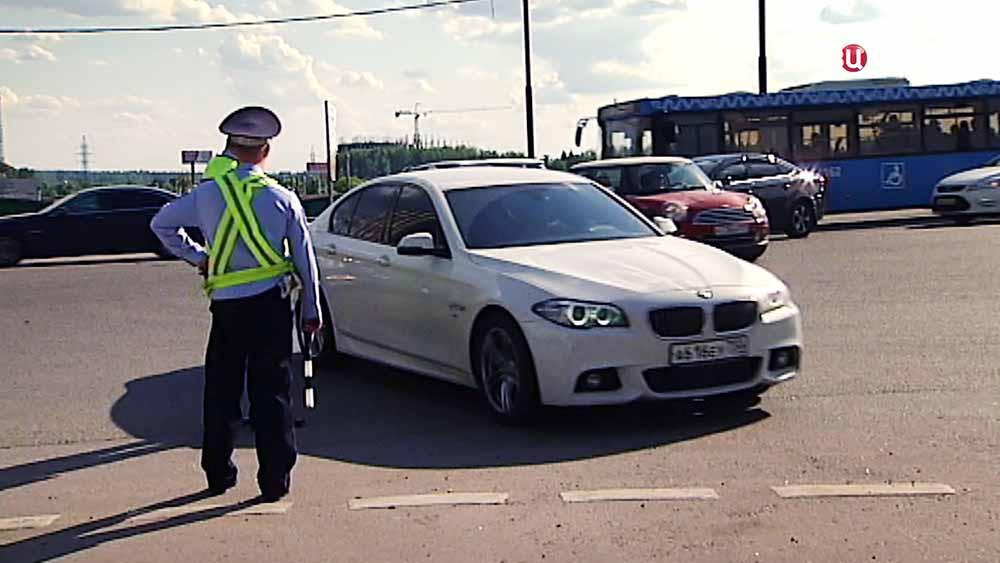 Инспекторы ДПС проводят рейд по незаконной тонировки машин