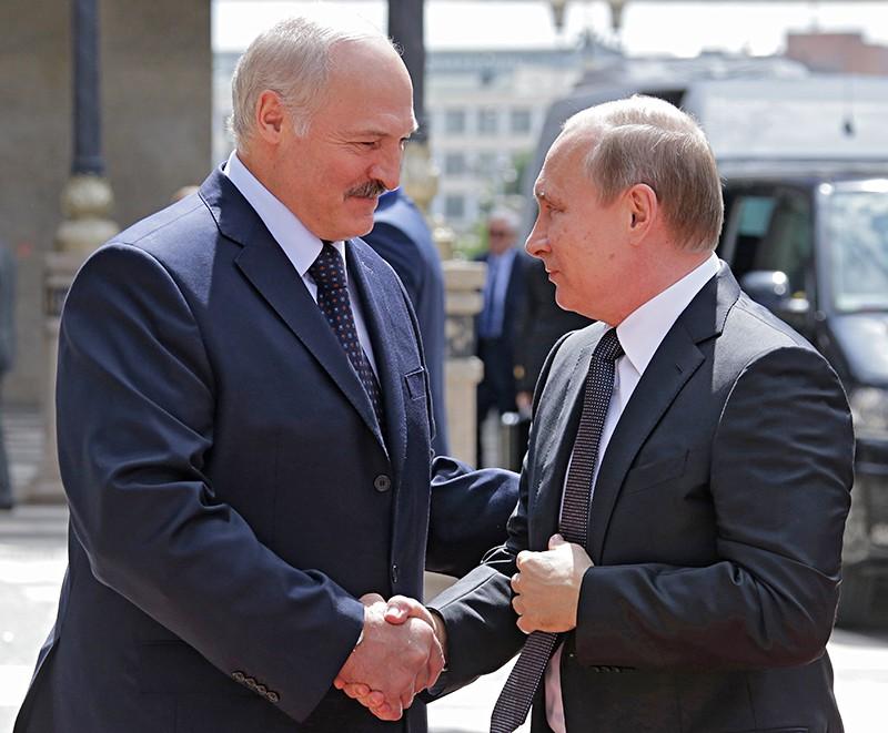 Президент Белоруссии Александр Лукашенко и президент России Владимир Путин во время беседы в Минске