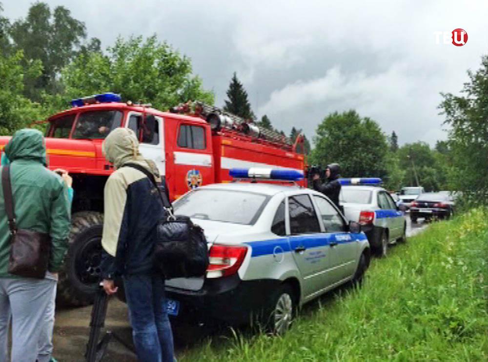Экстренные службы на месте крушения истребителя Су-27 в Подмосковье