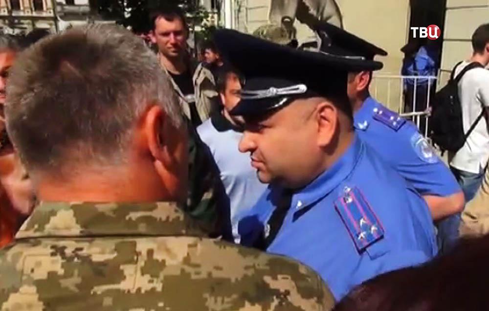 Полиция Украины общается с митингующими