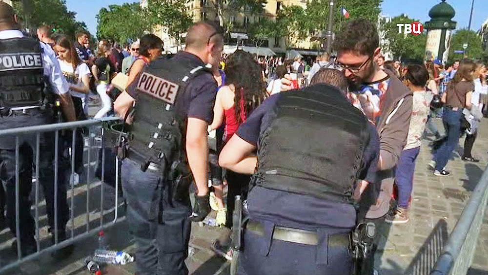Полиция Франции проводит досмотр возле футбольного стадиона