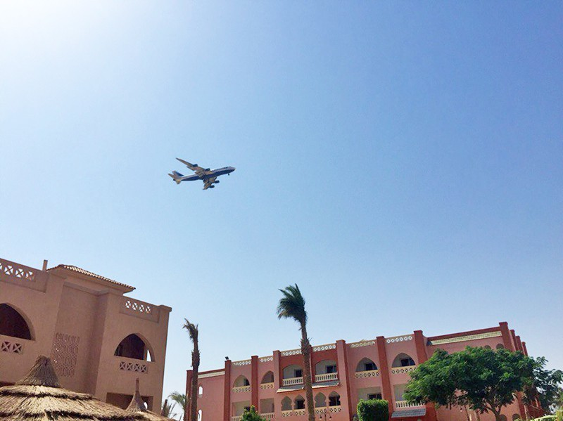 Самолет в небе над Египтом