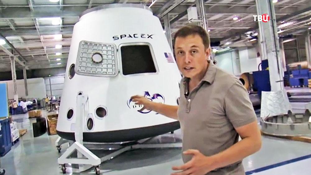 Илон Маск в цехе сборки корабля SpaceX