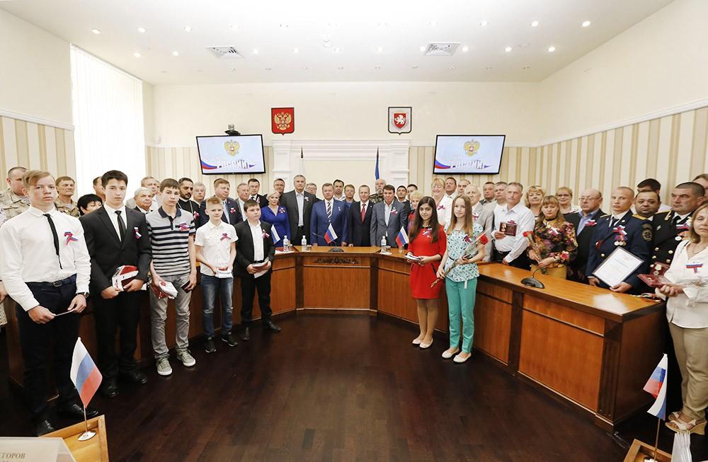 Церемония вручения российских паспортов в Крыму