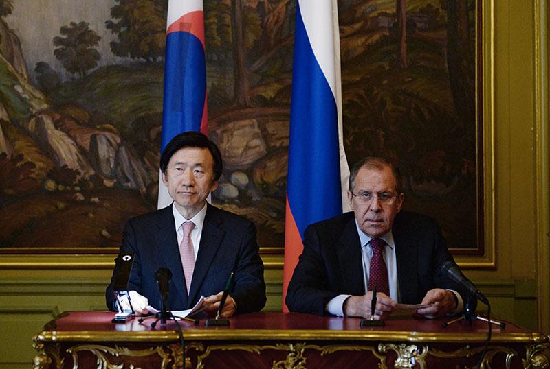 Министр иностранных дел России Сергей Лавров и министр иностранных дел Республики Корея Юн Бён Се во время встречи