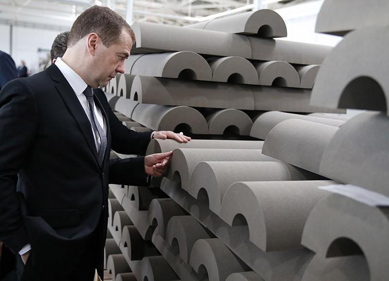 Дмитрий Медведев во время осмотра производства теплоизоляционной продукции