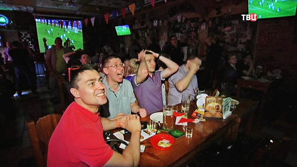 Российские болельщики в баре