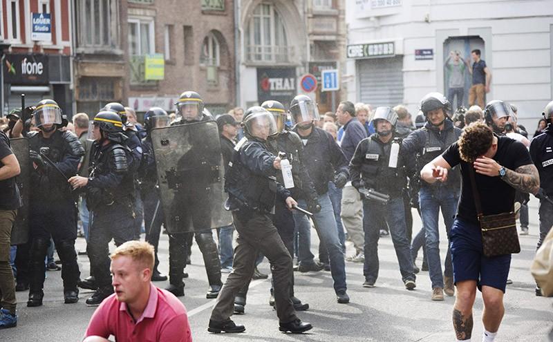 Болельщики во время беспорядков во Франции