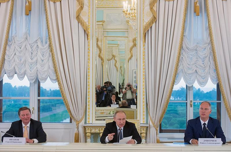 Президент РФ Владимир Путин во время рабочего обеда с членами Международного экспертного совета российского фонда прямых инвестиций