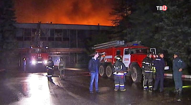 Впроцессе пожара намебельной фабрике воФрязине пострадали четверо