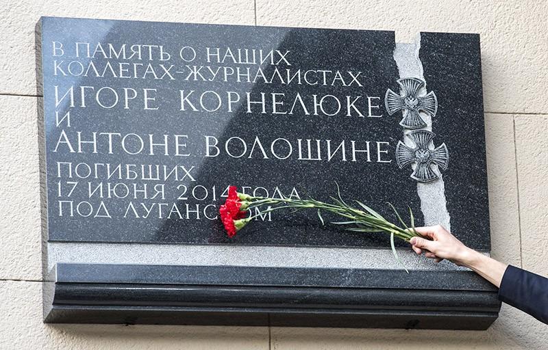 Мемориальная доска, установленная на здании ВГТРК в Москве в память о журналистах Игоре Корнелюке и Антоне Волошине