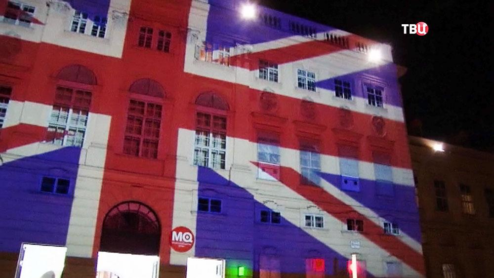 Подсветка здания изображением флага Великобритании