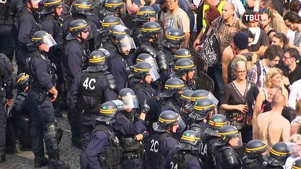 Полиция Франции оцепила митингующих