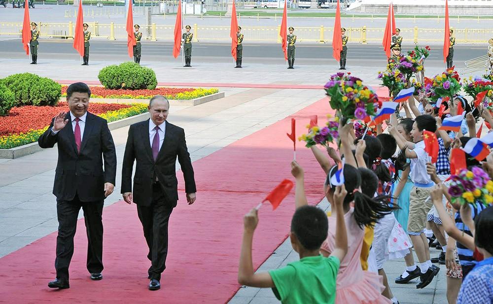Президент России Владимир Путин и председатель КНР Си Цзиньпин на церемонии официальной встречи в Пекине