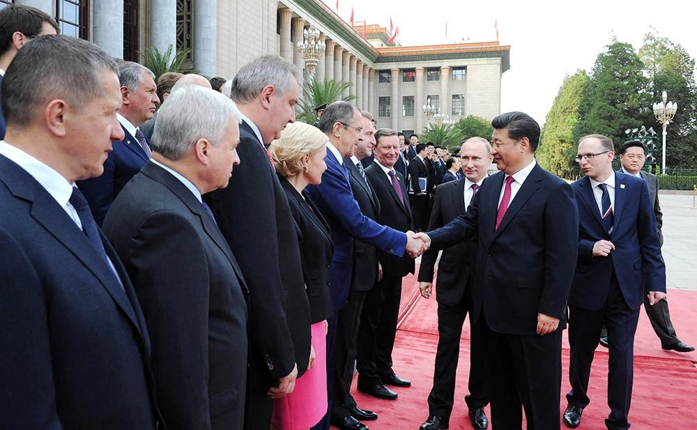 Президент России Владимир Путин и председатель КНР Си Цзиньпин во время знакомства с делегациями на церемонии официальной встречи в Пекине
