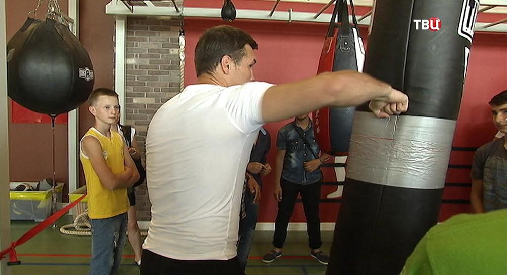 Боксер проводит мастер-класс для детей из Донбасса и Сирии