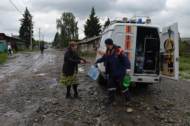 Сотрудники МЧС раздают питьевую воду людям