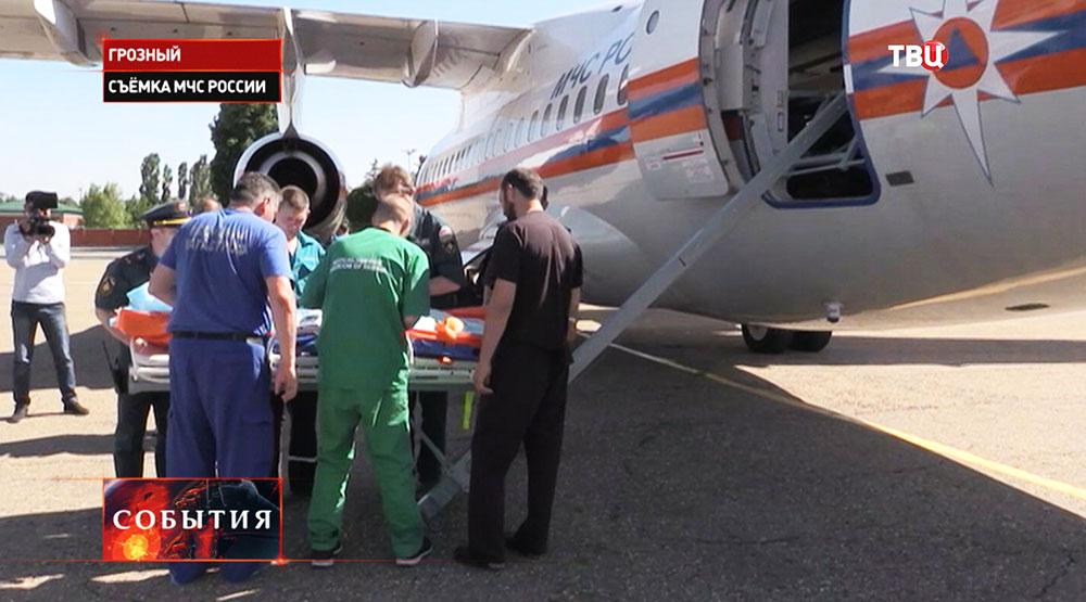 Подготовка к транспортировке детей на борт самолета МЧС