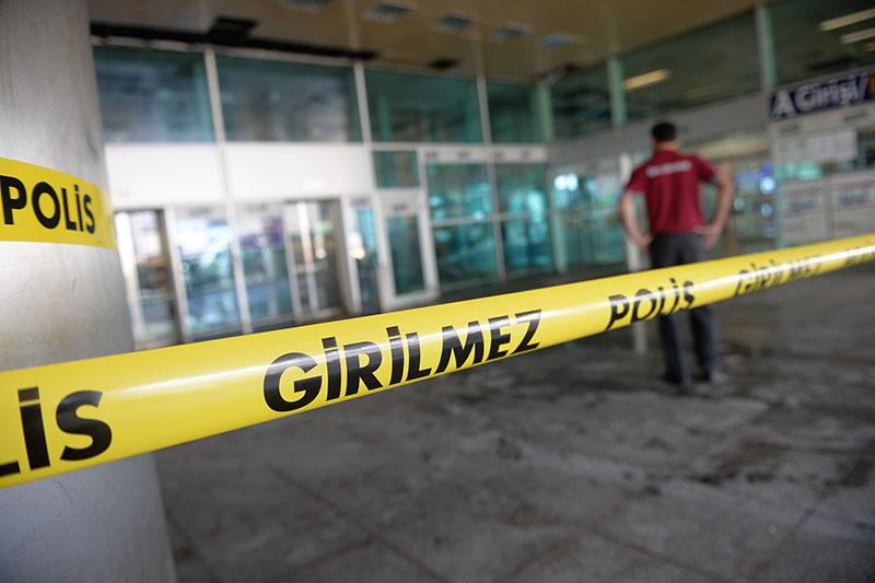 Оцепление полицией места теракта в аэропорту Стамбула