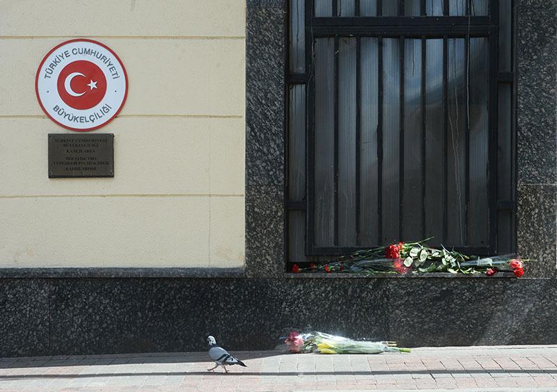 Цветы у посольства Турции в Москве в память о погибших в результате теракта в Стамбуле