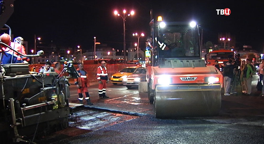 Укладка асфальта по новой технологии на Тверской улице