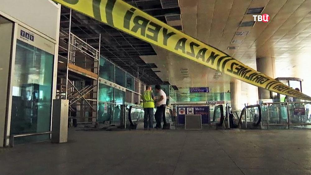 Оцепление на месте взрыва в аэропорту Стамбула