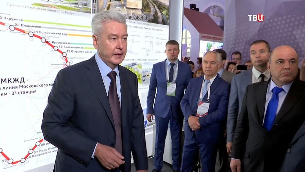 Мэр Москвы Сергей Собянин на фоне карты МКЖД