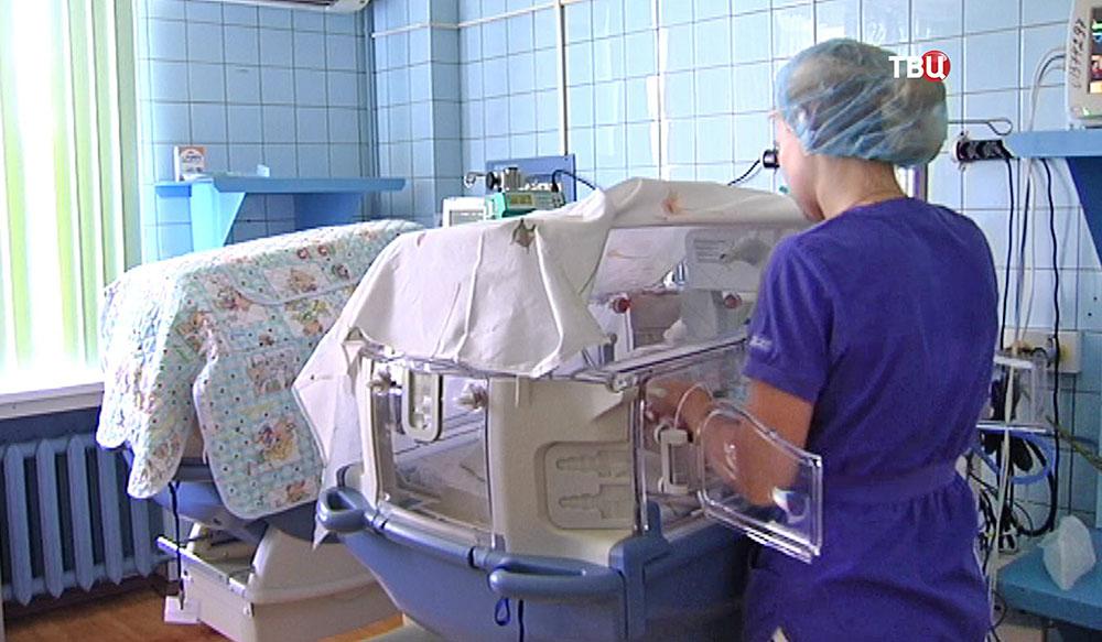 Дети в кювезах в больнице